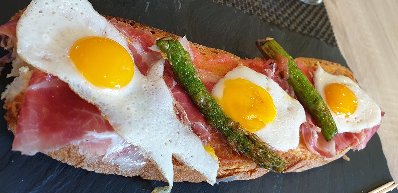Tosta de jamón y huevos de codorniz